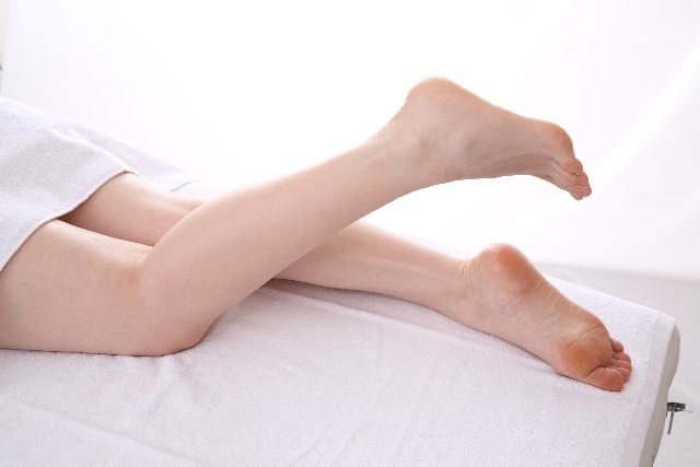 ベッドで足を出す女性