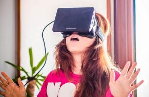 VRを体験している女性